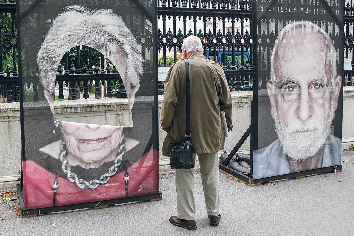 Drei Mal wurden die Porträts der Holocaustüberlebenden mitten in der Wiener Innenstadt 2019 geschändet.(Lukas Huter / APA)