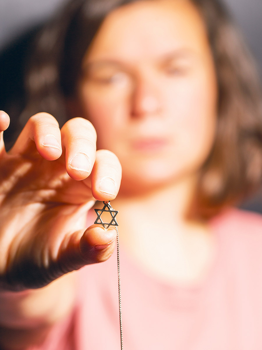 Isabel Frey trägt den Davidstern offen erkennbar für andere. So etwas trauen sich nicht alle Jüdinnen und Juden. (Foto: Zoe Opratko)