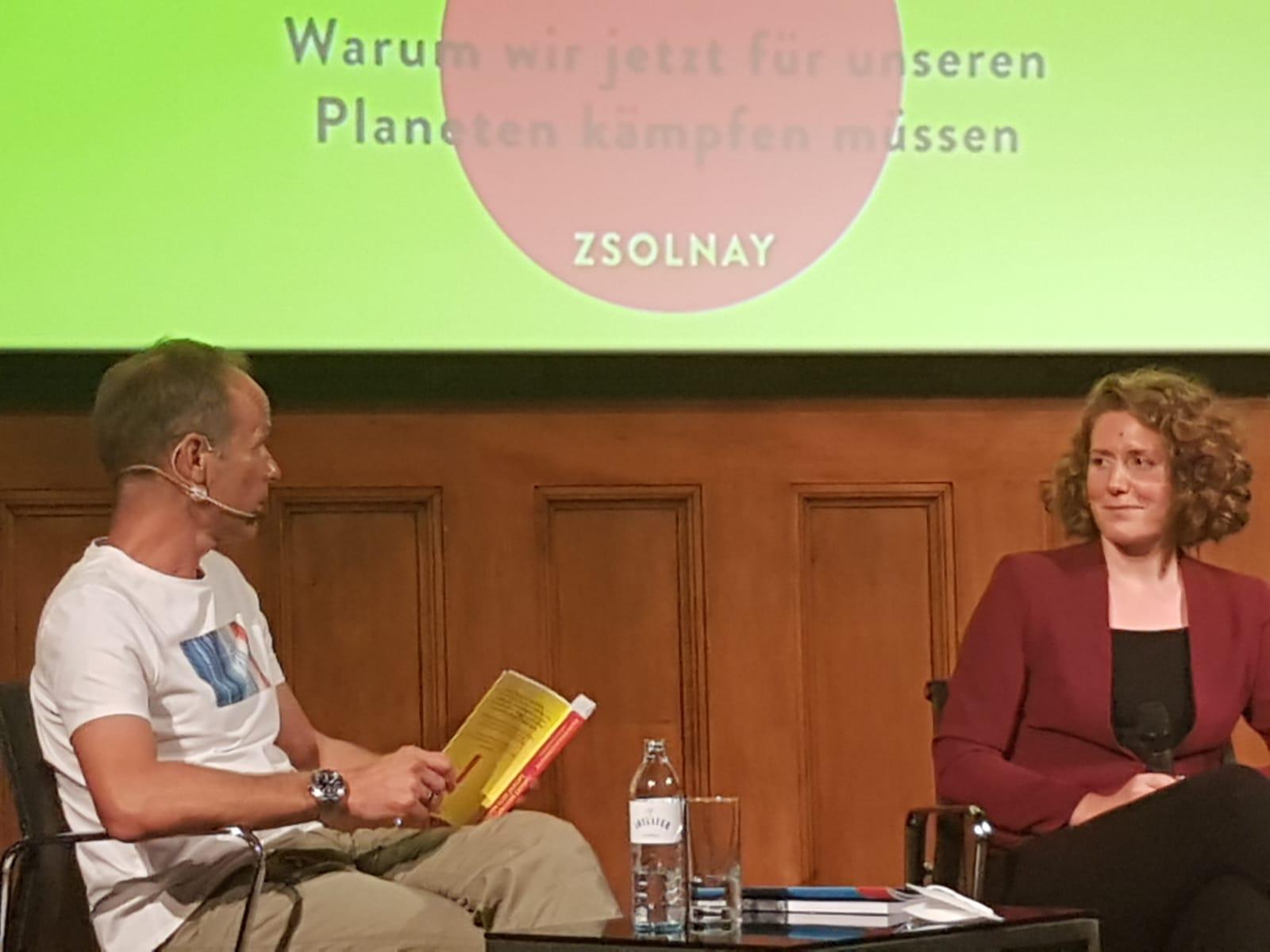 Klimaaktivistin Katharina Rogenhofer im Gespräch mit ORF-Moderator Marcus Wadsak (Foto: Sven Beck)