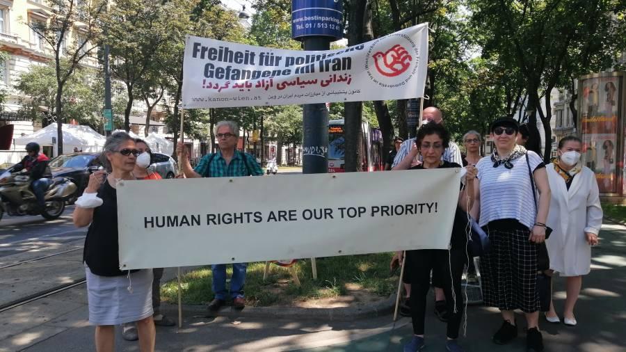 Exiliraner demonstrieren gegen Demonstrationsverbot vor Grand Hotel