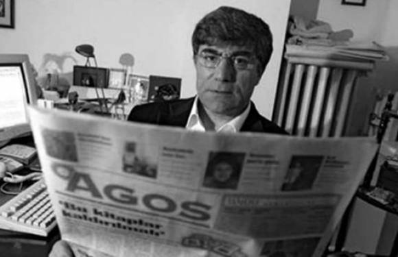 Hrant Dink mit der Agos Zeitung